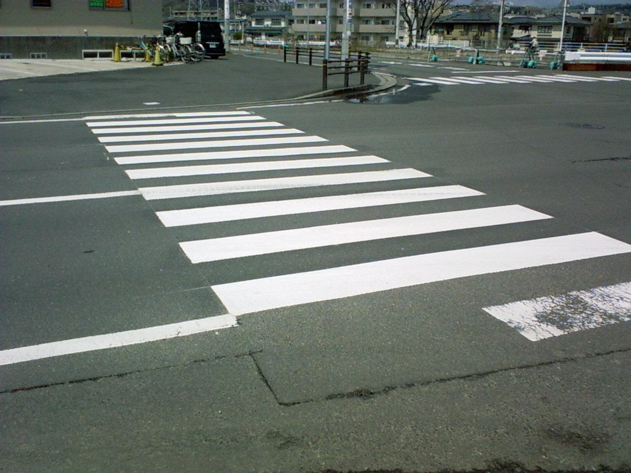 横断歩道 自動車を運転していて、信号のない横断歩道に、差しかかったとき。 歩道に...  クルマ